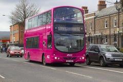 21. Februar 2018 moderner Doppeldeckerbus Belfasts Nordirland A, der auf die Crumlin-Straße auf seiner Weise zum Stadtzentrum rei Stockfotos
