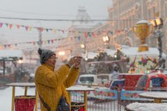 4. Februar 2018 Moskau Russland Ausländische Touristen fotografieren den Anblick der europäischen Stadt des Kapitals auf einem Mo lizenzfreies stockbild