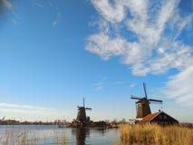 Februar-Nachmittag fast zur Sonnenuntergangzeit weiche Farben und Märchenatmosphäre umgeben die traditionellen Windmühlen, die vo stockfoto