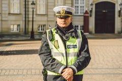 20. Februar 2019 Porträt eines männlichen Polizeibeamten in einem Kopfschmuck DÄNISCHE GARTEN-POLIZEI FÜR ANKUNFT DES QUEENS stockbild