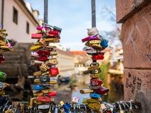20. Februar 2018 PRAG, TSCHECHISCHE REPUBLIK lieben Sie padlocked Schlüssel von Paaren auf der Brücke nahe der John-lennon Wand u lizenzfreies stockbild