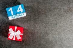 14. Februar - romantischer Hintergrund des Valentinstags mit Geschenk und Kalender von Februar-Monat 14, Draufsicht mit leerem Ra Lizenzfreie Stockfotografie