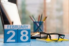 28. Februar Tag 28 des Monats, Kalender auf Bloggerarbeitsplatzhintergrund Winter am Arbeitskonzept Leerer Platz für Text Stockbild