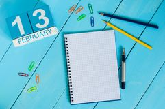 13. Februar Tag 13 des Monats, Kalender auf hölzernem Hintergrund Blume im Schnee Leerer Platz für Text Stockfotos