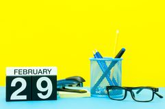 29. Februar Tag 29 von Februar-Monat, Kalender auf gelbem Hintergrund mit Büroartikel Winterzeit, Sprung-jährig Stockbilder