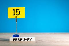 15. Februar Tag 15 von Februar-Monat, Kalender auf wenigem Tag am blauen Hintergrund Blume im Schnee Leerer Platz für Text Stockbild