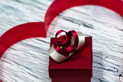 14. Februar Valentinsgrußtag - Herz vom roten Band Stockfotos