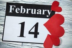 14. Februar Valentinstag, Herz vom roten Papier Stockfotos