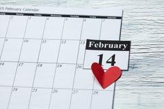14. Februar Valentinstag, Herz vom roten Papier Stockfotografie