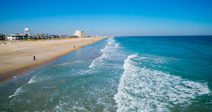 26. Februar 2014 - Wrightsville-Strand, USA. Ansicht des Strandes und der Brandung Lizenzfreie Stockbilder