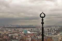 Februari 2019, Ankara, Turkiet - ett foto som kombinerar den islamiska Crescent Symbol, som stiger över Ankara royaltyfria bilder