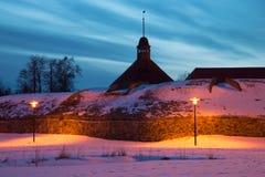 Februari-avond bij het bastion van op oude Korela-vesting Priozersk, Rusland Stock Fotografie