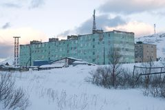 Februari-avond in een polair dorp Teriberka, Rusland royalty-vrije stock afbeelding