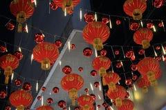 07 Februari 2019, Bangkok Thailand Vele rode Chinese lantaarns op de straat stock foto's