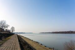 26 februari 2017 - Belgrado, Servië - de Zuidenbank van rivier Donau in het Dorcol-district van Belgrado Stock Afbeelding
