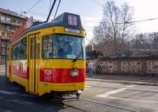 26 februari 2017 - Belgrado, Servië - Oude gele en rode tram op de straten van Belgrado Stock Afbeeldingen