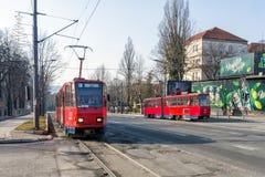 26 februari 2017 - Belgrado, Servië - Oude rode tramauto's op de straten van Belgrado Stock Foto