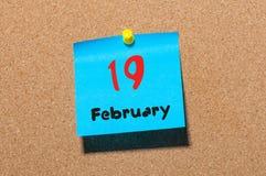 19 februari Dag 19 van maand, kalender op cork de achtergrond van de berichtraad Bloem in de sneeuw Lege ruimte voor tekst De idy Royalty-vrije Stock Fotografie