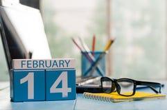 14 februari Dag 14 van maand, kalender op de achtergrond van de Ingenieurswerkplaats Bloem in de sneeuw Lege ruimte voor tekst De Royalty-vrije Stock Foto's
