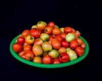 22, Februari 2017 Dalat--tomatenvruchten op groene plastic mand, zwarte achtergrond Royalty-vrije Stock Foto's