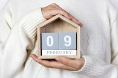 9 februari in de kalender het meisje houdt een houten kalender Internationale dag van tandarts Royalty-vrije Stock Afbeeldingen