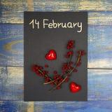 14 februari - det löst kortet för dagen för valentin` som s dekorerades med röda hjärtor och, steg frukter Royaltyfria Bilder