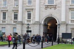 18 februari 2018, Dublin Ireland: Redactiefoto van studenten die rond de ingang van Drievuldigheid samenkomen stock afbeelding