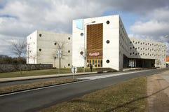 Februari 17, 2017 - forskningarkiv en utöver det vanliga konkret byggnad med runda fönster i Hradec Kralove royaltyfri bild