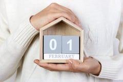 Februari 1 i kalendern flickan rymmer en träkalender Nationell frihetsdag Arkivfoto