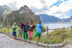 18,2018 februari Inheemse gidsen die op MT rusten Het meer van de Pinatubokrater, Capas Stock Afbeeldingen