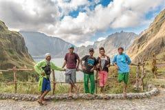 18,2018 februari Inheemse gidsen die op MT rusten Het meer van de Pinatubokrater, Capas Stock Foto's