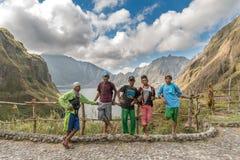 18,2018 februari Inheemse gidsen die op MT rusten Het meer van de Pinatubokrater, Capas Stock Afbeelding