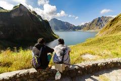 18,2018 februari Inheemse gidsen die op MT rusten Het meer van de Pinatubokrater, Capas Royalty-vrije Stock Afbeeldingen