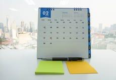 Februari-kalender voor vergadering met spot op post-it voor bericht Royalty-vrije Stock Foto
