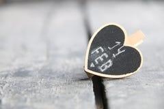 14 Februari Kort för hälsning för dag för St-valentin` s med hjärta, suddigt foto för bakgrund Royaltyfri Bild