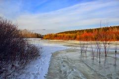 Februari-landschap Het ijs bevroor bovenop de rivier suikerglazuur stock foto