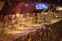 2017 Februari 21 - London, Storbritannien: CD shoppar med hyllor som är fulla av CD Arkivfoton