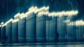 FEBRUARI 2, 2019 - LOS ANGELES, CA, USA - stads- ljus offentlig konst på den Wilshire blvden ses i regnstrom på det Los Angeles m arkivbilder