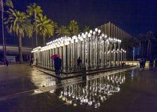 FEBRUARI 2, 2019 - LOS ANGELES, CA, USA - stads- ljus offentlig konst p? den Wilshire blvden ses i regnstrom p? det Los Angeles m arkivfoton