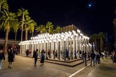 FEBRUARI 2, 2019 - LOS ANGELES, CA, USA - stads- ljus offentlig konst p? den Wilshire blvden ses i regnstrom p? det Los Angeles m royaltyfria bilder