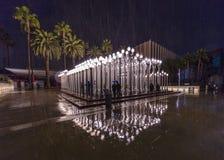 FEBRUARI 2, 2019 - LOS ANGELES, CA, USA - stads- ljus offentlig konst p? den Wilshire blvden ses i regnstrom p? det Los Angeles m fotografering för bildbyråer
