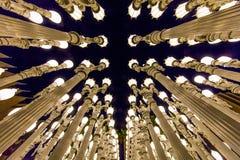 FEBRUARI 2, 2019 - LOS ANGELES, CA, USA - stads- ljus offentlig konst p? den Wilshire blvden ses i regnstrom p? det Los Angeles m arkivbilder