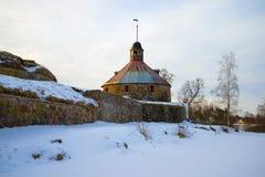 Februari morgon på väggarna av den Korela fästningen Priozersk Ryssland Royaltyfri Bild