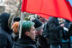 25 FEBRUARI 2018, MOSKVA, RYSSLAND Ung man som rymmer en flagga i th Arkivfoto