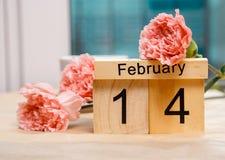 Februari 14 och en kopp kaffe och kryddnejlikor Fotografering för Bildbyråer