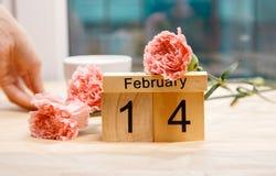 Februari 14 och en kopp kaffe och kryddnejlikor Royaltyfria Bilder
