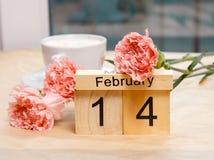 Februari 14 och en kopp kaffe och kryddnejlikor Arkivfoton