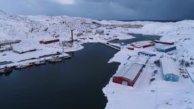 Februari-ochtend in de haven van de luchtvideo van Teriberka Het gebied van Moermansk stock video