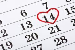 Februari 14 på kalendern, valentin omringad röd hjärta för dag Arkivbild