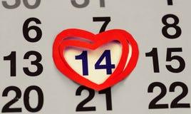 Februari 14, 2016 på kalendern, Valentine& x27; s-dag, hjärta från rött papper Fotografering för Bildbyråer